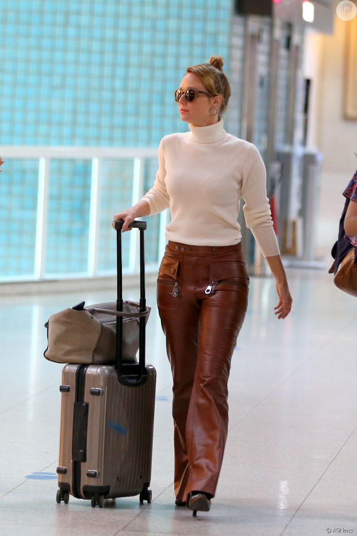 651cd8c1f6 Mariana Ximenes embarca com casaco de gola alta e calça de couro no aeroporto  Santos Dumont
