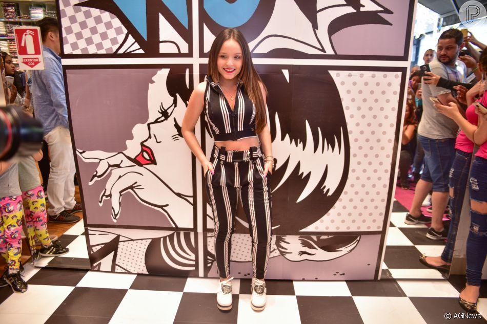 f66866e428 Larissa Manoela usa conjunto de cropped com calça em lançamento de coleção  no Bom Retiro