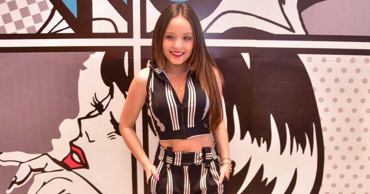 Larissa Manoela usa conjunto de cropped com calça em lançamento de coleção  no Bom Retiro, em São Paulo, na terça-feira, 17 de julho de 2018 -  Purepeople a3ad0c90d9
