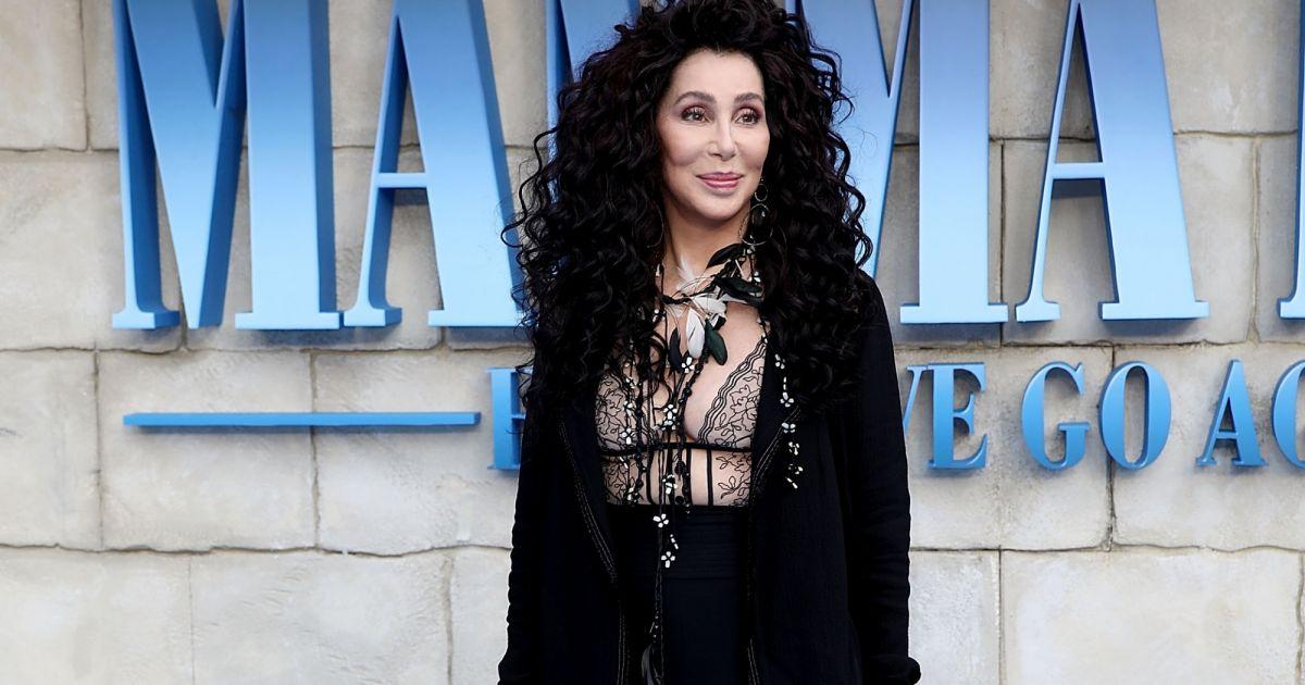 d5272d3375 Cher investe em decote com transparência na première do filme Mamma Mia  Lá  Vamos Nós de Novo!
