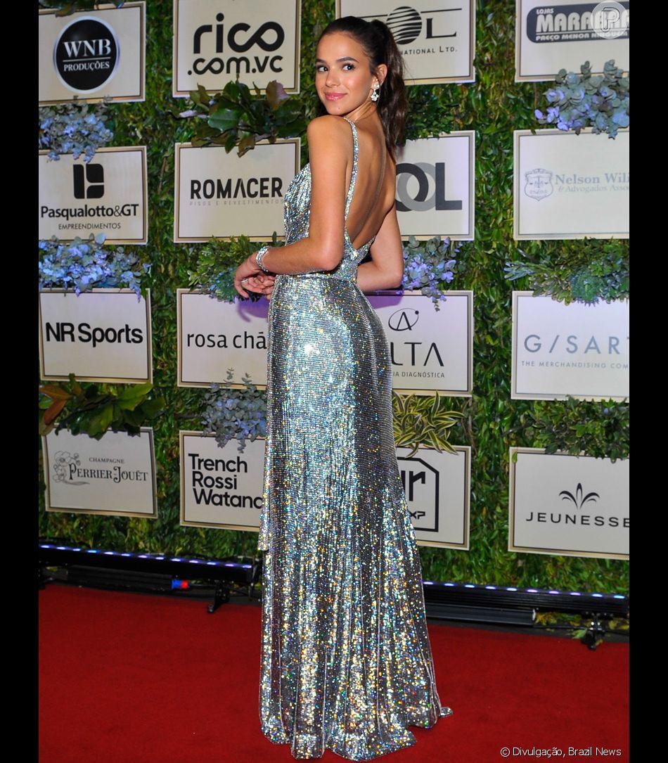 d3b4a1b7eb700 Bruna Marquezine investiu em vestido longo prateado da grife Dolce  amp   Gabbana para prestigiar o