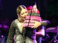 Marília Mendonça ganha bolo de aniversário e festeja 23 anos em show. Fotos!