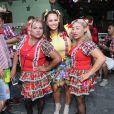 Viviane Araujo se diverte com fãs em festa junina
