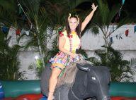 Viviane Araujo se diverte em touro mecânico ao lado de fãs em festa junina no RJ