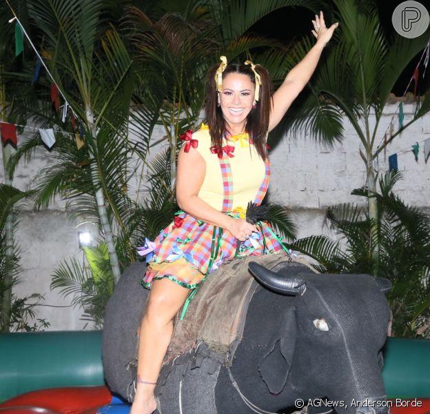 Viviane Araujo curte festa junina em touro mecânico no 'Arraiá da Vivi', no Rio de Janeiro, em 29 de julho de 2018