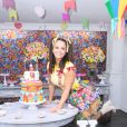 Viviane Araujo aposta em vestido curto para festa junina