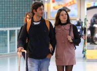 Isis Valverde usa vestido reto e bota de vinil para viagem com marido. Fotos!