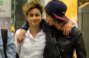 Nanda Costa passeia abraçada à namorada, Lan Lanh, em shopping do Rio. Fotos!