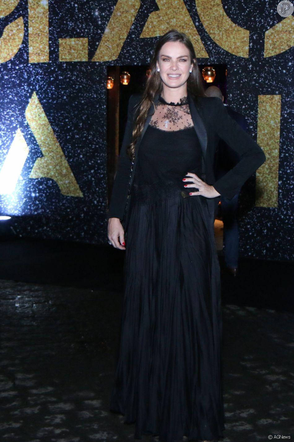 5390d4bb4 Leticia Birkheuer usou vestido superlongo preto para festa de Preta ...