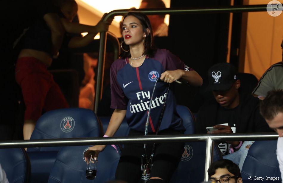 Bruna Marquezine assiste a gol de Neymar em jogo do PSG contra o Caen, na França, em 12 de agosto de 2018
