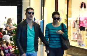 Débora Nascimento e José Loreto almoçam juntos e andam de mãos dadas em shopping