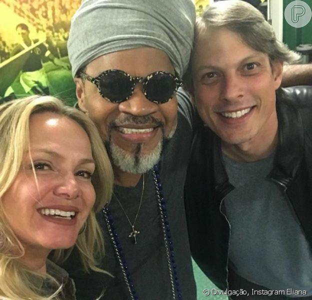 Eliana e o noivo, Adriano Ricco, tietaram Carlinhos Brown em show dos Tribalistas, neste sábado, 18 de agosto de 2018