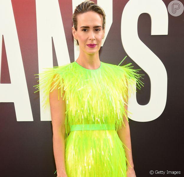 """Tendência: tons de neon saem das passarelas e invadem tapete vermelho. Sarah Paulson veste Prada na Premiére do filme """"Oceans 8"""""""