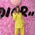Tendência: tons de neon saem das passarelas e invadem tapete vermelho. Bella Hadid veste look Dior para desfile da marca
