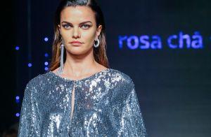 Metalizados, holográficos e streetwear são tendências na passarela da Rosa Chá