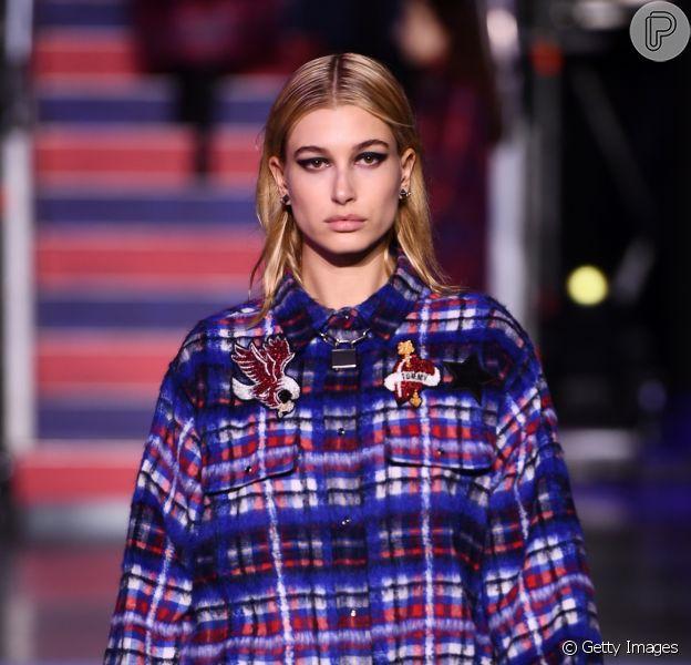 Moda dos anos 90: looks atuais que seguem as tendências que bombaram na época. O xadrez vestido por Hailey Baldwin na passarela da Tommy Hilfigher tem a cara dos anos 90