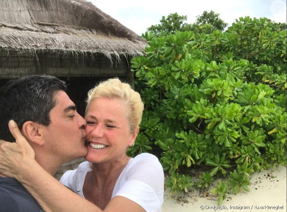 Xuxa Meneghel contou que o namorado, Junno Andrade, tomou banho de mar sem roupa pela primeira vez nesta sexta-feira, 24 de agosto de 2018