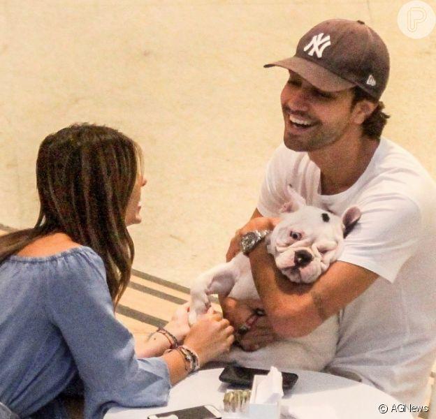 Recém-casados, Sthefany Brito e o marido, Igor Raschkovsky, fazem carinho em cachorro durante passeio em shopping do Rio de Janeiro