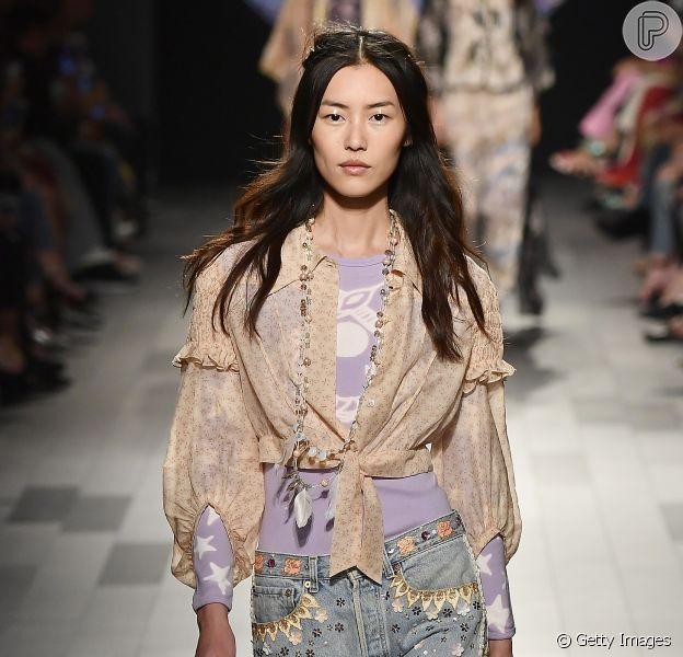 Os modelos de jeans que permanecem em alta na próxima temporada: o mom jeans permanece como o modelo mais cult entre os jeans. Esse é da Anna Sui