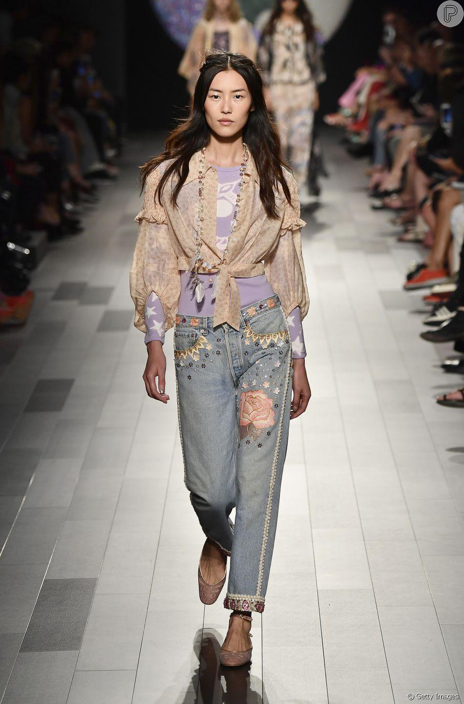 ca9926875 Os modelos de jeans que permanecem em alta na próxima temporada: o mom  jeans permanece