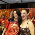 Claudia Raia posa ao lado de Cozete Gomes, uma das integrantes de 'Mulheres Ricas'