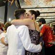 Claudia Raia beija o namorado, Jarbas Homem de Melo, no camarote da Brahma, no primeiro dia de desfiles das escolas de samba de São Paulo, em 8 de fevereiro de 2013