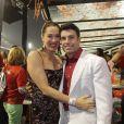 Claudia Raia toda orgulhosa do namorado, Jarbas Homem de Melo, que é coréografo da comissão de frente da escola de samba Vai-Vai