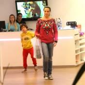 Vanessa Gerbelli passeia em shopping com o filho no dia do seu aniversário