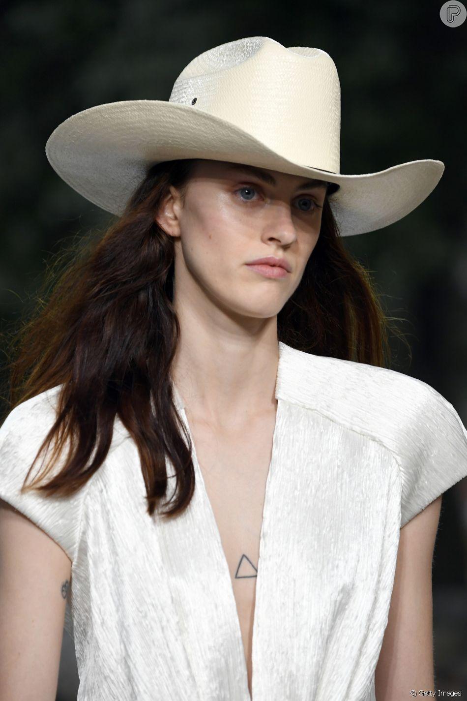 Acessórios do verão 2019  chapéu de palha em modelo cowboy da coleção  cruise da Louis 3f272bb7aa