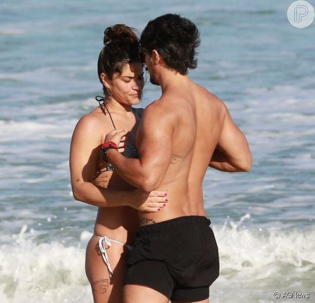 Priscila Fantin e Bruno Lopes trocaram carinhos em praia do Rio de Janeiro nesta quinta-feira, 30 de agosto de 2018