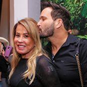 Zilu Camargo ganha carinho do namorado em evento com show da filha Wanessa