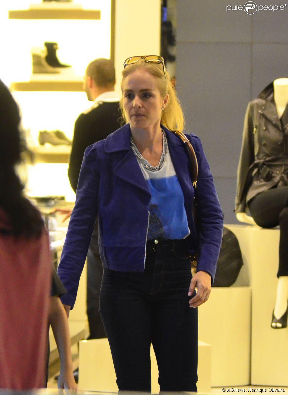 e3e164d378a Angélica passeia em shopping carioca na companhia dos filhos Joaquim ...