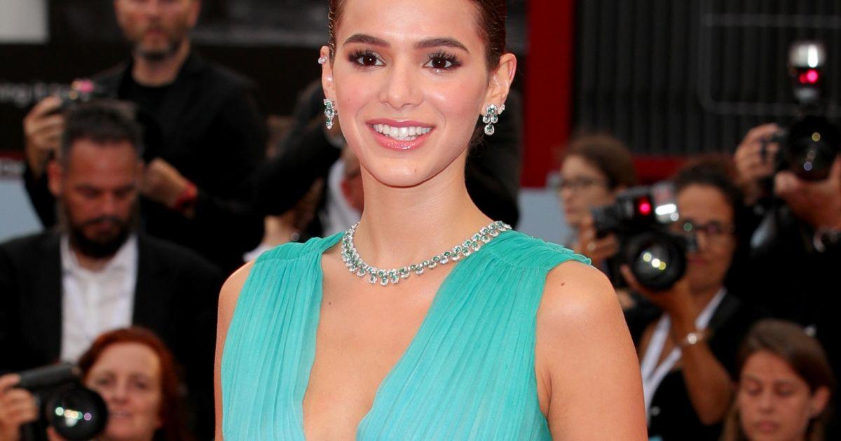 Bruna Marquezine é criticada na web por ter ido a Festival de Veneza e  rebate   Trabalho  - Purepeople cd812ac660