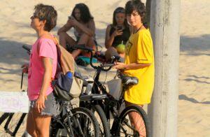 Nanda Costa aproveita dia de sol com namorada, Lan Lanh, em praia no Rio. Fotos!
