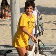 Nanda Costa deu língua aos fotógrafos ao deixar a praia neste domingo, dia 2 de setembro de 2018