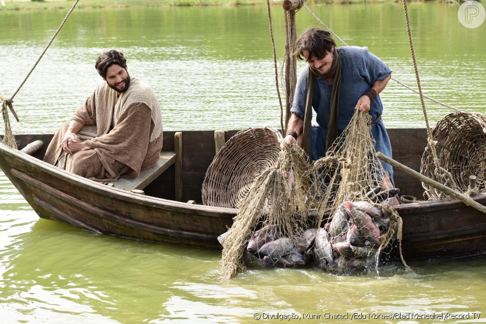 Jesus (Dudu Azevedo) ordena para Pedro (Petronio Gontijo) entrar no mar com seu barco e ele pesca vários peixes no capítulo de terça-feira, 4 de setembro de 2018 da novela 'Jesus'