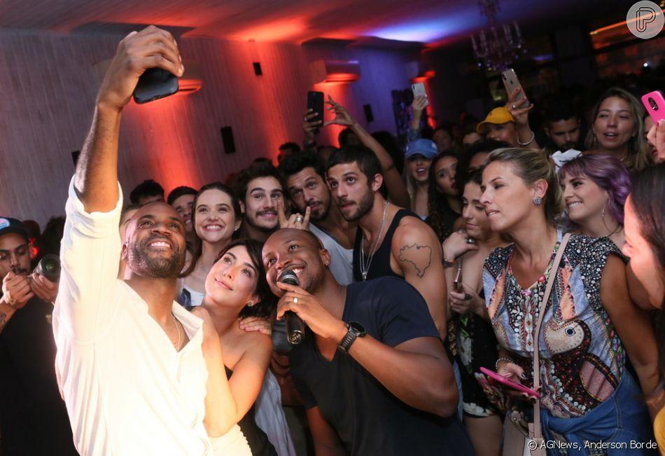 Rafael zulu rene amigos famosos para uma selfie purepeople rafael zulu rene amigos famosos para uma selfie stopboris Gallery