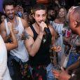 Chay Suede canta em festa de Rafael Zulu