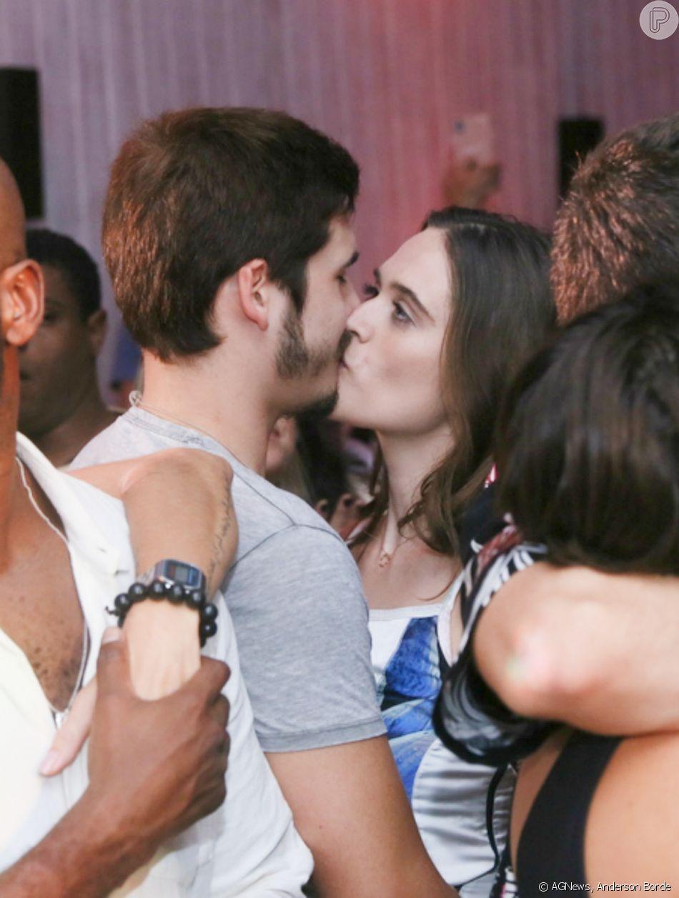 Juliana Paiva e Nicolas Prattes se beijam em festa de aniversário do ator Rafael Zulu