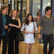 Edson Celulari passeia em shopping com a namorada e os filhos Enzo e Sophia