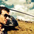 Josué (Roberto Birindelli) também pilota o helicóptero do Comendador (Alexandre Nero), em 'Império'