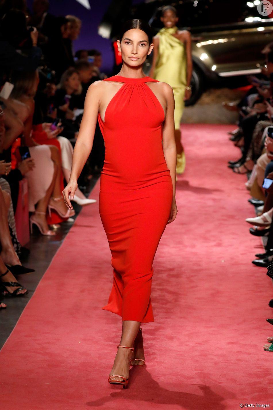 As cores na Semana de Moda de Nova York (o evento vaia té 14 de setembro de 2018). Grávida, a top Lily Aldridge desficou um modelo mídi em vermelho para Brandon Maxwell