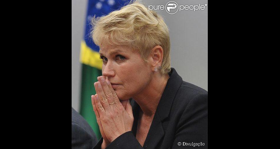 Xuxa pede para que seus fãs intensifiquem as orações por sua mãe, Dona Alda