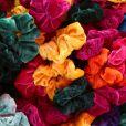 Scrunchies: prender o cabelo com as as xuxinhas feitas de tecido,  bem coloridas e grandes está com tudo!