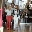 Marina Ruy Barbosa almoça com os pais no Rio de Janeiro e é flagrada sem aliança de compromisso. A atriz não está mais namorando o ator Klebber Toledo (12 de agosto de 2014)