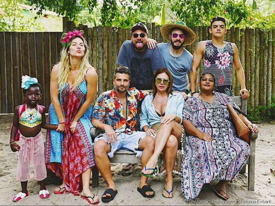 Filha de Giovanna Ewbank e Bruno Gagliasso, Títi roubou a cena em foto da família no sábado, 15 de setembro de 2018