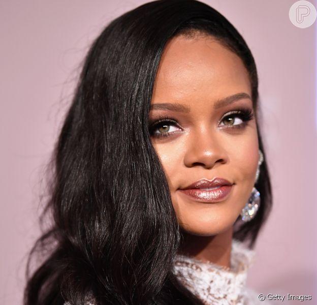 Cuidados com a pele de Rihanna incluem água micelar: maquiadora da diva pop conta que produto fecha os poros