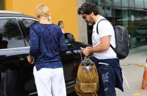 Xuxa deixa hospital onde a mãe está internada acompanhada de Junno Andrade