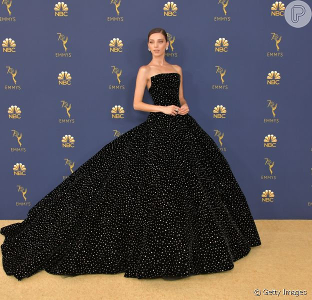 Os looks do tapete vermelho do Emmy Awards, que rolou nesta segunda-feira, 17 de setembro de 2018. A atriz Angela Sarafyan apostou no look volumoso de Christian Siriano