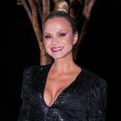 Eliana elege vestido com decote e brilho para festa de maquiador em SP. Fotos!